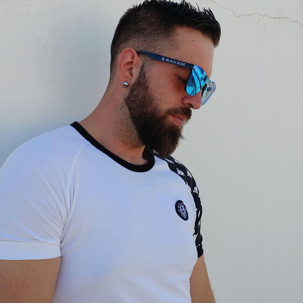 ανδρικά γυαλιά ηλίου, ωραίος άντρας με ανδρικά γυαλιά ηλίου με καθρέφτη μπλε, blue fire-black rose από νέα ανδρική κολεξιόν γυαλιά ηλίου