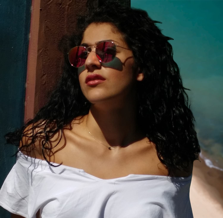 γυναικεία γυαλιά ηλίου, μελαχρινή, όμορφη κοπέλα με γυναικεία γυαλιά ηλίου, ροζ-κόκκινα από γυναικεία γυαλιά ηλίου 2020