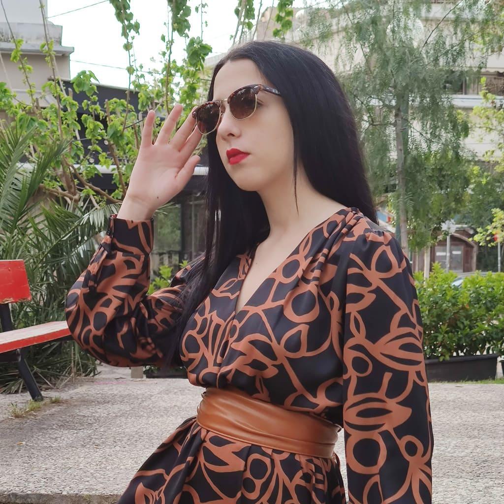 γυναικεία γυαλιά ηλίου τάσεις, όμορφη νεαρή γυναίκα φορά μοντέρνα κομψά browline γυαλιά ηλίου ταρταρούγα unisex, elegant lover-black lover