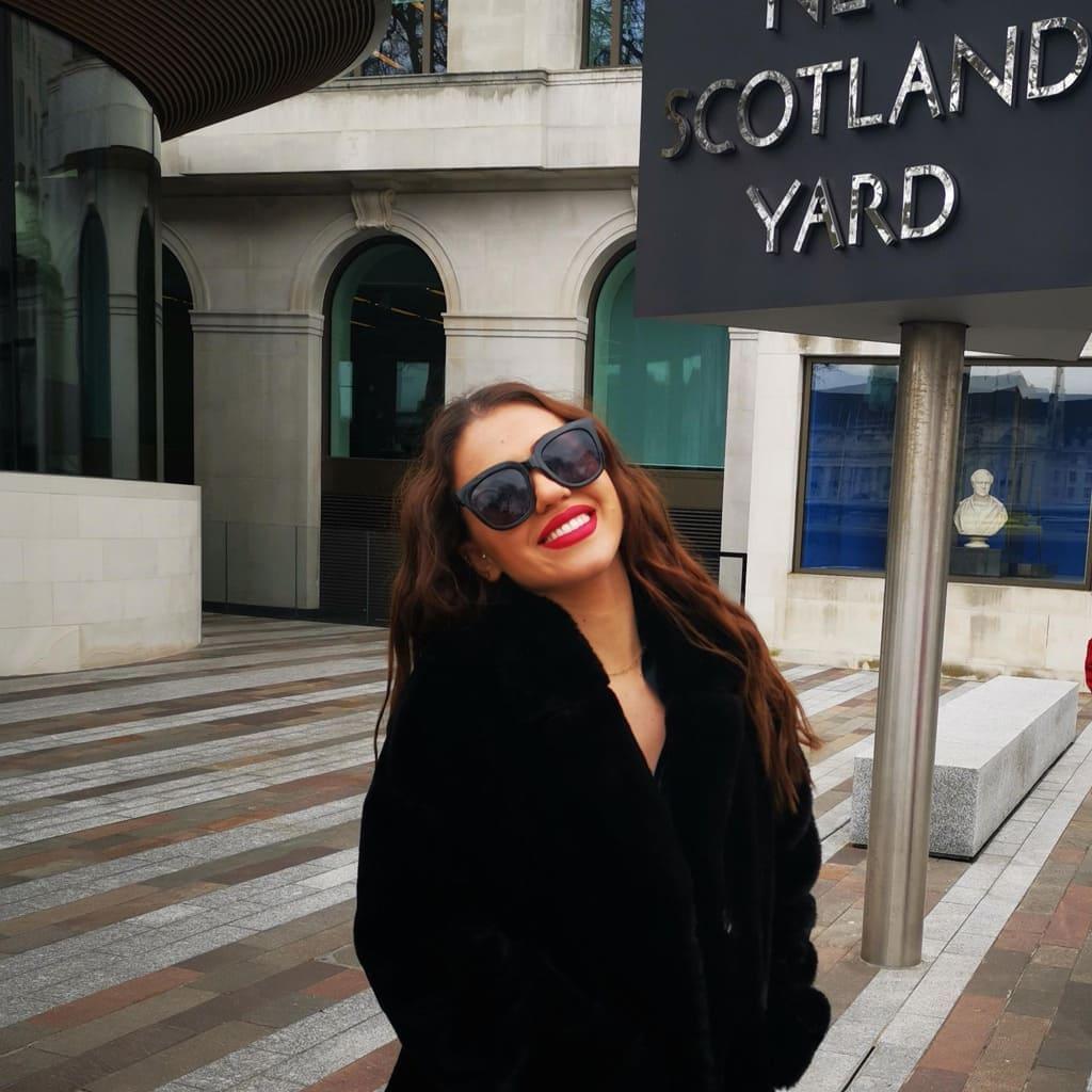 γυαλιά ηλίου oversized, μεγάλα γυαλιά ηλίου γυναικεία, ωραία γυναίκα με γούνα και μεγάλα μαύρα γυαλιά ηλίου στο λονδίνο black rose