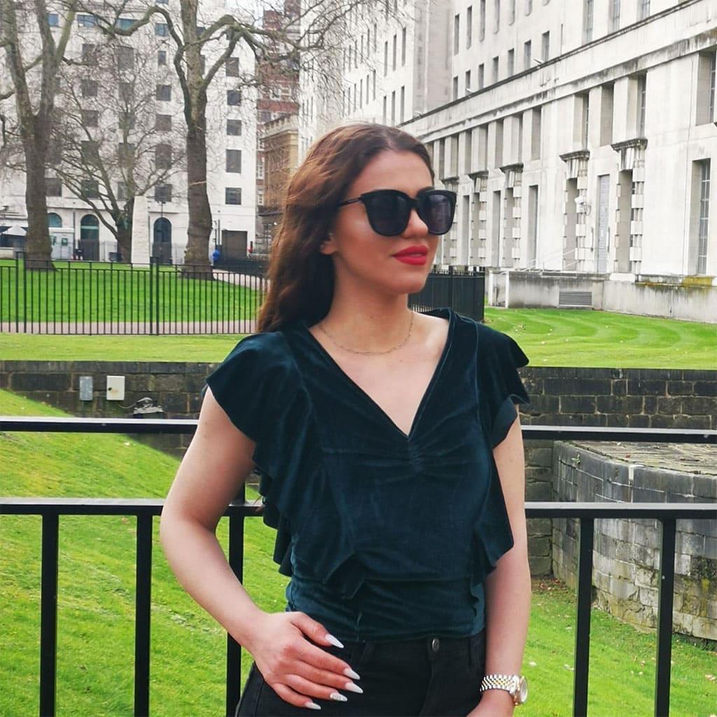 μεγάλα μαύρα γυαλιά ηλίου, oversized γυαλιά ηλίου, ωραία γυναίκα με γυαλιά ηλίου oversized naughty black στο λονδίνο - black rose sunglasses