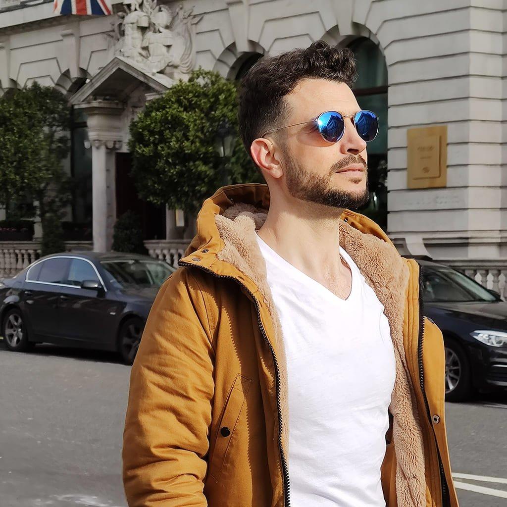 γυαλιά ηλίου με μπλε καθρέφτη, unisex μπλε γυαλιά ηλίου μεταλλικά ασημί, ωραίος άντρας στο Λονδίνο με blue yolo-black rose