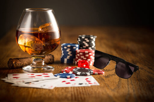 τυχερά γυαλιά ηλίου βοηθούν παίχτη να κερδίσει στο καζίνο στο μπλακ τζακ, μαύρα γυαλιά ηλίου black rose δίπλα στις μάρκες καζίνου