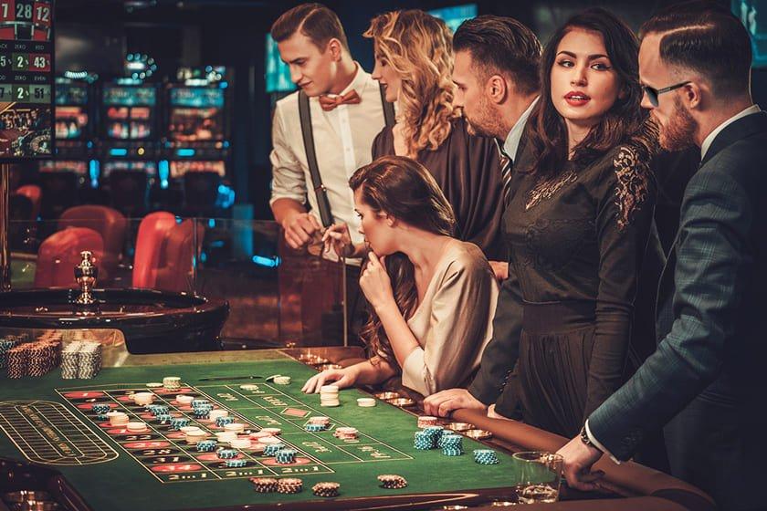 τυχερά γυαλιά ηλίου ξετινάζουν το καζίνο, άντρας με μαύρα γυαλιά ηλίου black rose κερδίζει στο μπλακ τζακ και στη ρουλέτα δίπλα σε ωραίες γυναίκες