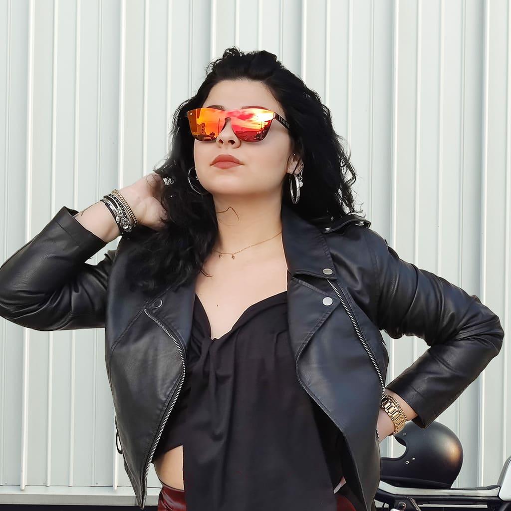 γυαλιά ηλίου καθρέφτης, γυαλιά ηλίου χωρίς σκελετό, όμορφη γυναίκα με δερμάτινο φορά κόκκινα γυαλιά ηλίου καθρέφτη red fire-black rose